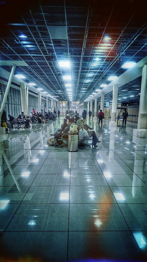 De luchthavenmensen die van Iran op hun vlucht wachten royalty-vrije stock afbeeldingen