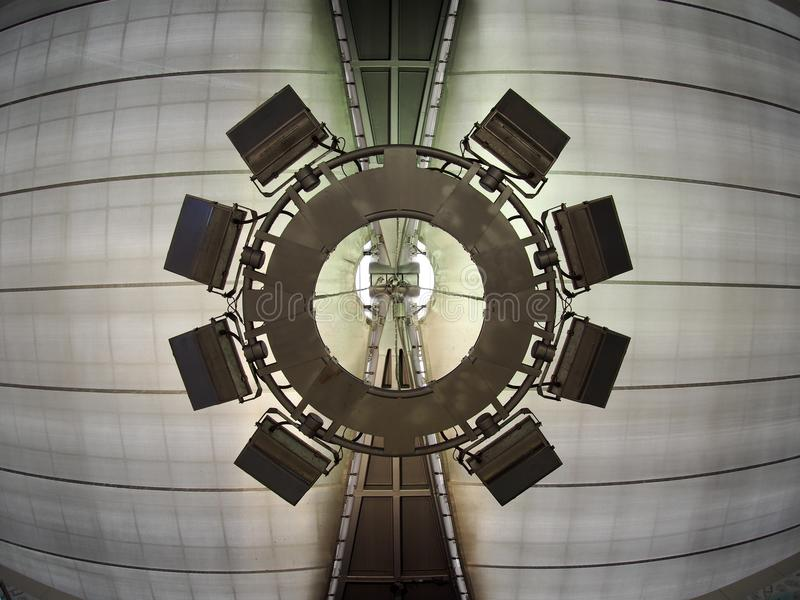 De luchthavenverlichting hing indirecte lamp royalty-vrije stock foto
