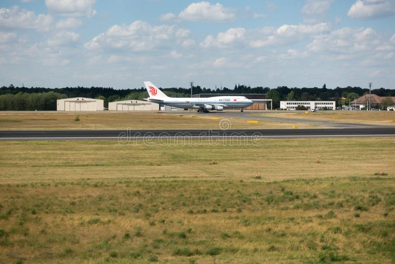 De Luchtjumbojet van Boeing 747-400 China in Berlin Tegel International Airport De Jumbo is populairste die vliegtuig in lading w royalty-vrije stock foto