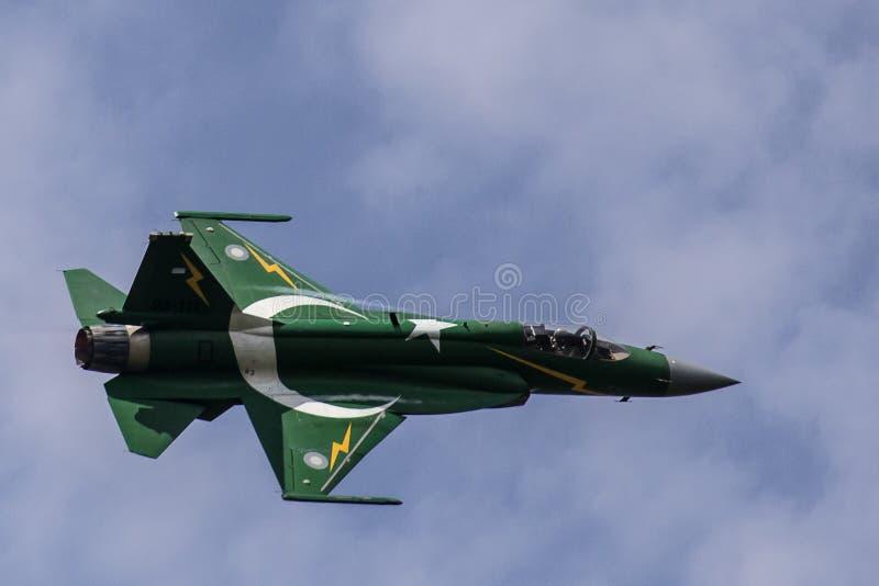 De Luchtmacht PAF die jf-17/fc-1 Donder van Pakistan kunstvliegen uitvoeren royalty-vrije stock foto