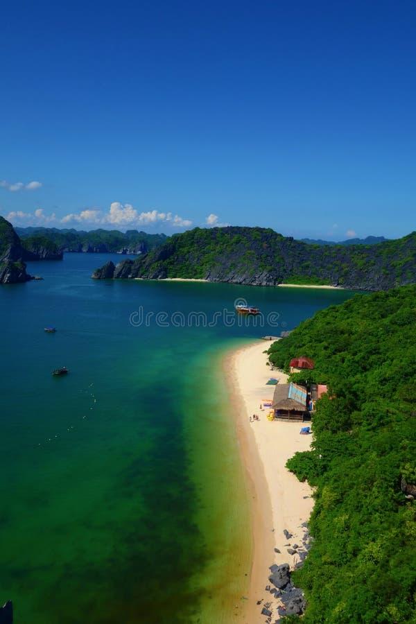 De luchtmening bij het strand van het Aapeiland in Cat Ba, Ha snakt Baai, Vietnam stock foto