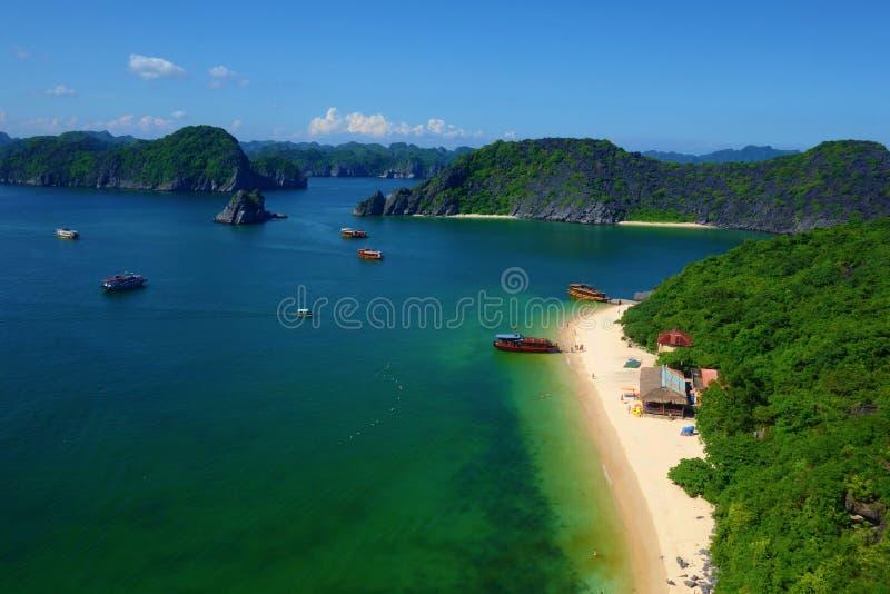 De luchtmening bij het strand van het Aapeiland in Cat Ba, Ha snakt Baai, Vietnam stock foto's