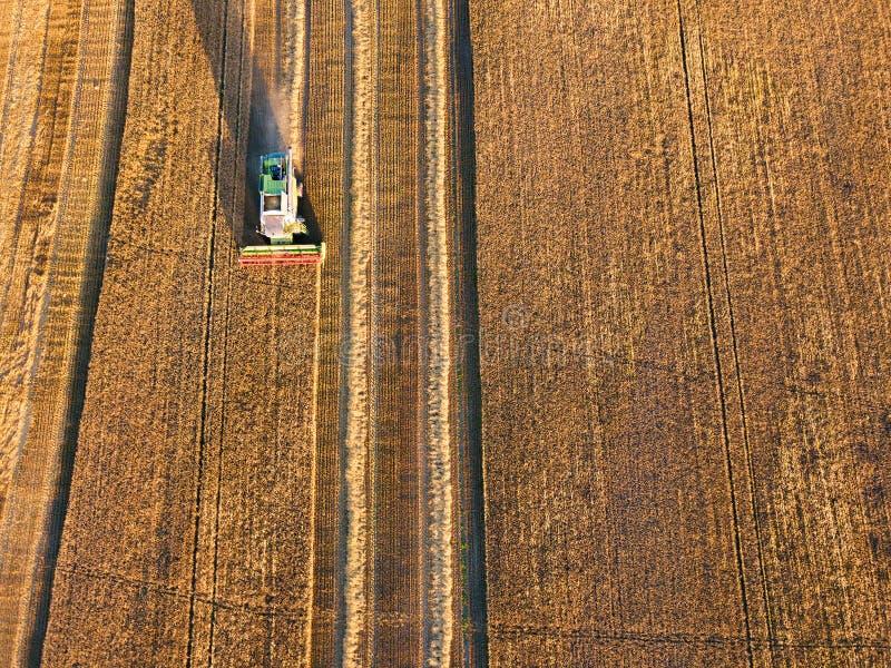 De luchtmening combineert het werken aan roggegebied royalty-vrije stock foto's