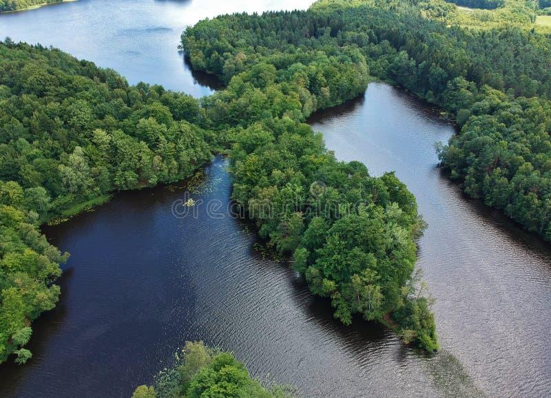 De luchtmening over groene bos, grote twee meren en de watergolf rimpelen met bezinningen stock foto's