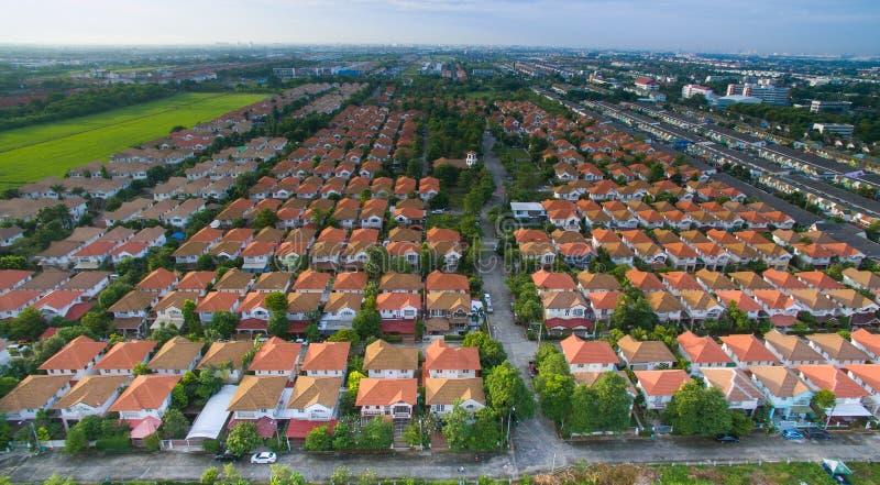 De luchtmening van huis, huiswoonwijk met goed environmen stock afbeelding