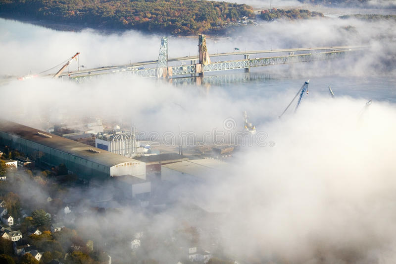 De luchtmening van mist over Badijzer werkt en Kennebec Rivier in Maine Het Werk van het badijzer is een leider in het ontwerp va royalty-vrije stock foto