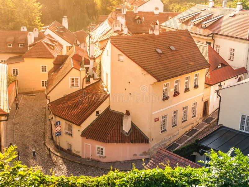De luchtmening van oude middeleeuwse engte cobbled straat en kleine oude huizen van Novy Svet, Hradcany-district, Praag stock afbeeldingen