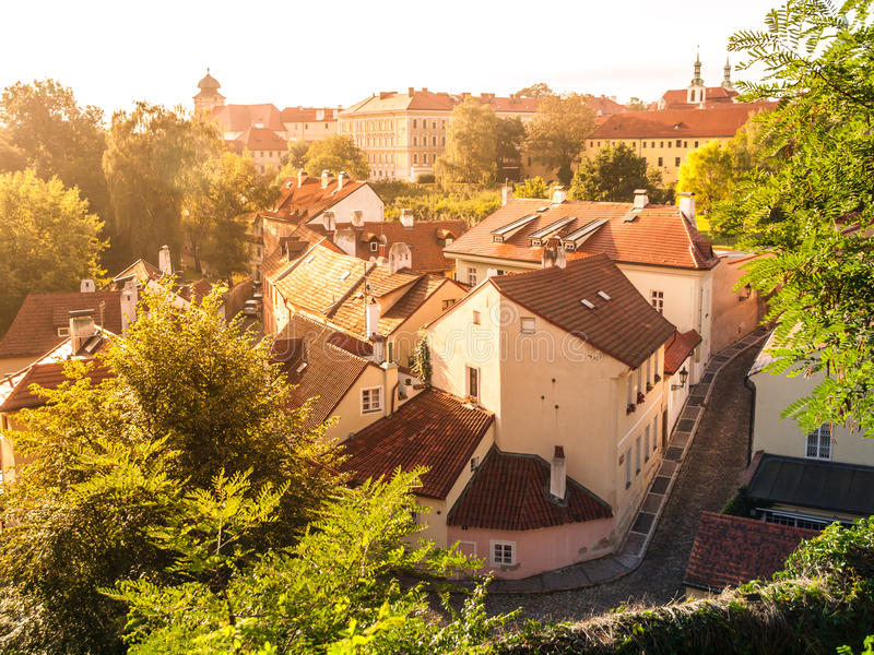 De luchtmening van oude middeleeuwse engte cobbled straat en kleine oude huizen van Novy Svet, Hradcany-district, Praag royalty-vrije stock afbeelding