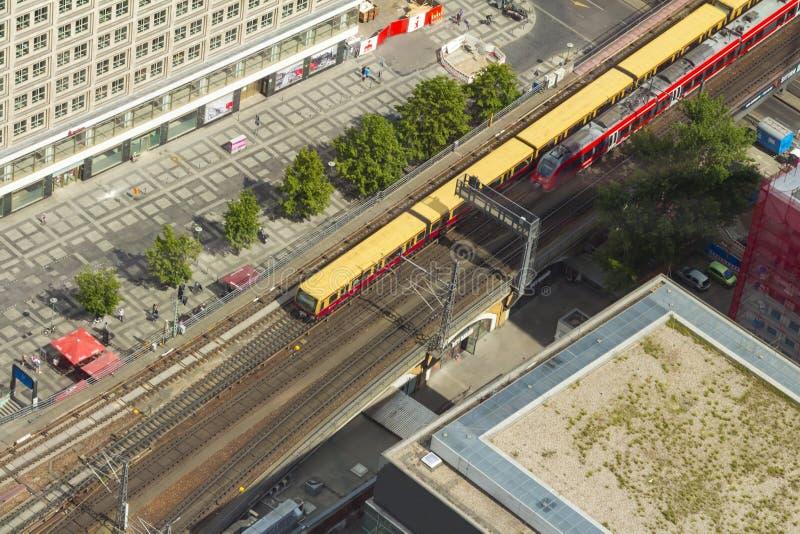 De luchtmening van s-Bahn volgt snelle trein en tramtrein bij t royalty-vrije stock afbeelding