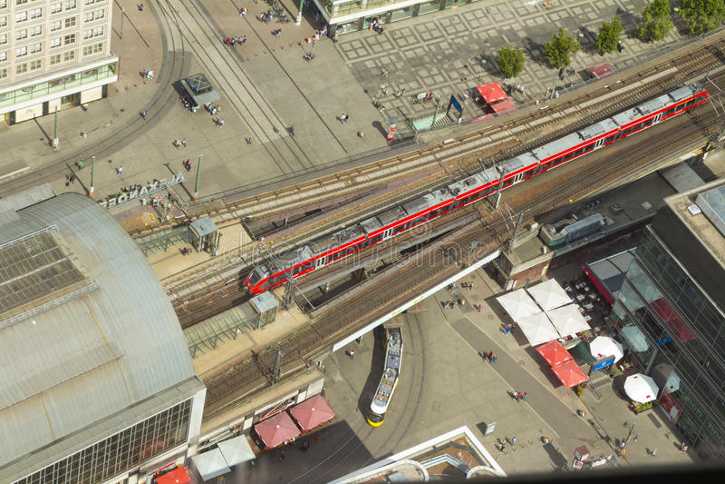 De luchtmening van s-Bahn volgt snelle trein en tramtrein bij t stock afbeeldingen
