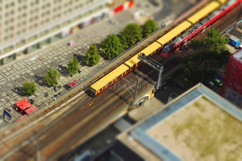 De luchtmening van s-Bahn volgt snelle trein en tramtrein bij t stock foto