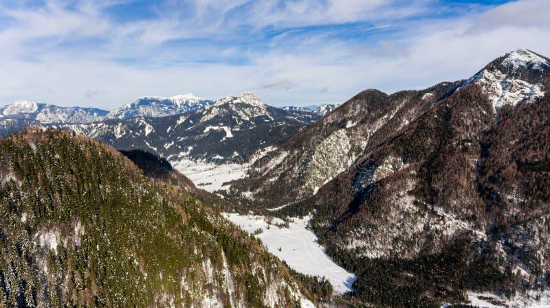 De luchtmening van sneeuw behandelde omringde vallei met heuvels royalty-vrije stock foto