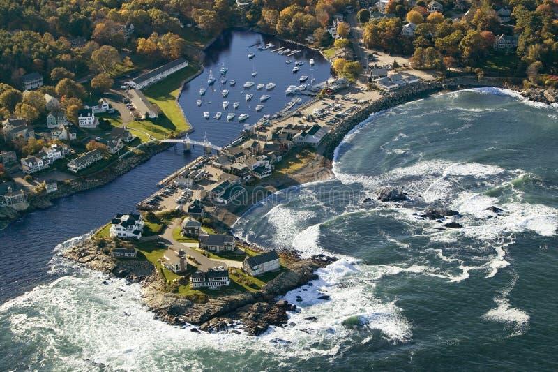 De luchtmening van vissersboten verankerde in Perkins Cove, op kust van Maine-zuiden van Portland stock fotografie