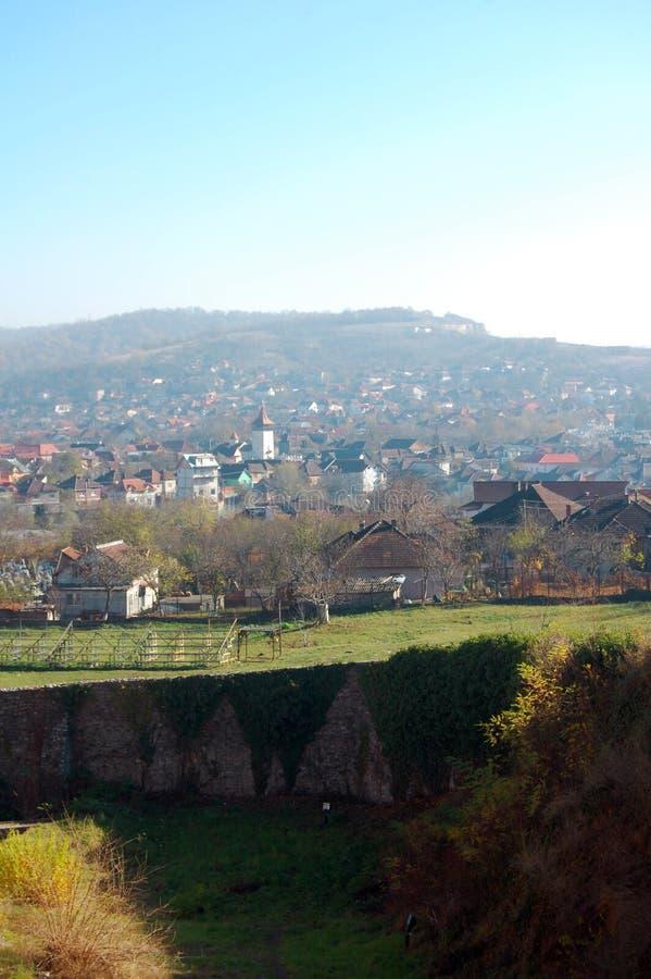 De luchtmeningskerk van oude stad bouwde bij groene weide in, onder blauwe hemel bij dag stock afbeelding