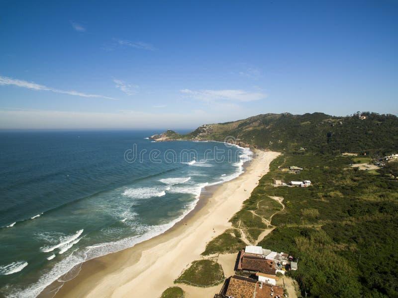De luchtmol van de Molpraia van het meningsstrand in Florianopolis, Santa Catarina, Brazilië Juli 2017 royalty-vrije stock foto