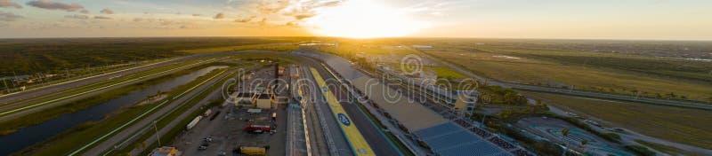 De luchtrenbaan van de de Hoevespeedwaybaan van beeldmiami bij zonsondergang royalty-vrije stock afbeeldingen