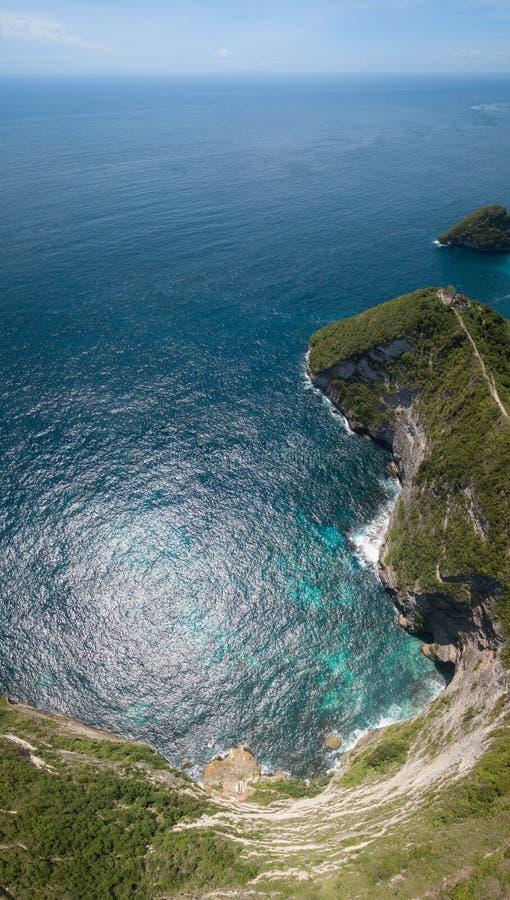 De luchttempel van de panoramamening in de klip, het Eiland van Nusa Penida, Indonesië stock afbeeldingen
