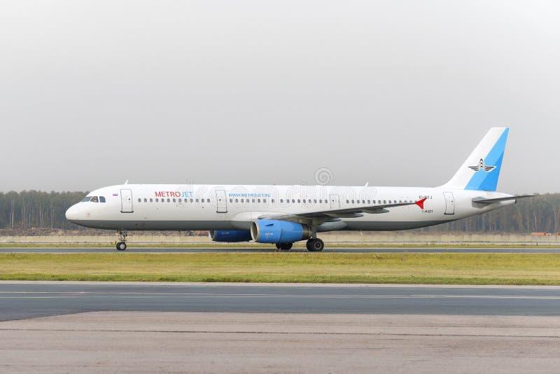 De Luchtvaartlijnen van luchtbusmetrojet A321 maakt het taxi?en royalty-vrije stock afbeeldingen