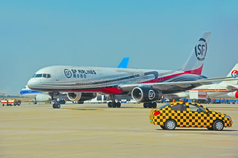 De luchtvaartlijnen van Shunfeng bij shenzhen luchthaven, China stock afbeeldingen