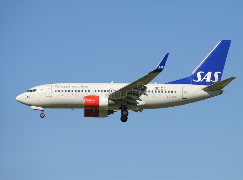 De luchtvaartlijnsas van Boeing 737-700 (SE-REY) alvorens in te schepen stock afbeelding