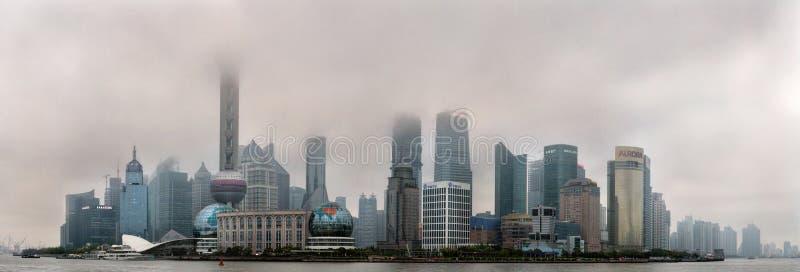 De Luchtvervuiling in de Gebouwen van Shanghai wordt China gehuld in smog stock foto