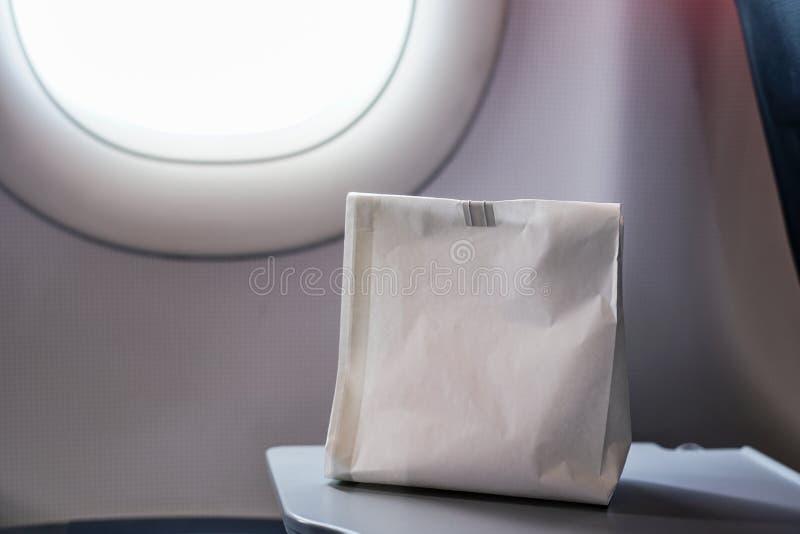 De luchtzieke misselijk makende persoon in de luchtziekte braakt zak voorbereid t royalty-vrije stock foto's