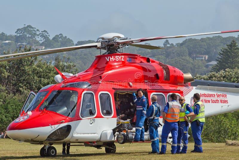 De luchtziekenwagen neemt een mens aan het ziekenhuis royalty-vrije stock afbeelding
