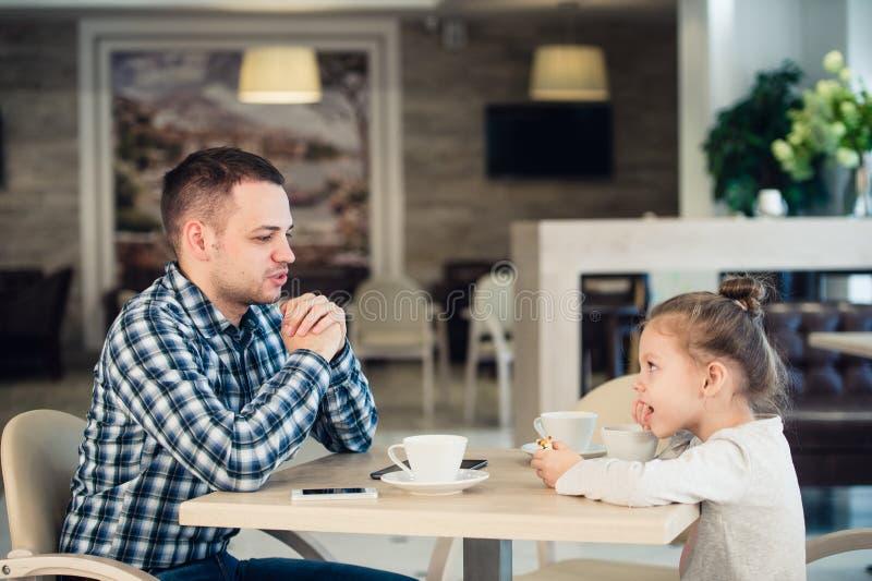 De Lunch van vaderand daughter having samen bij de Wandelgalerij stock afbeelding