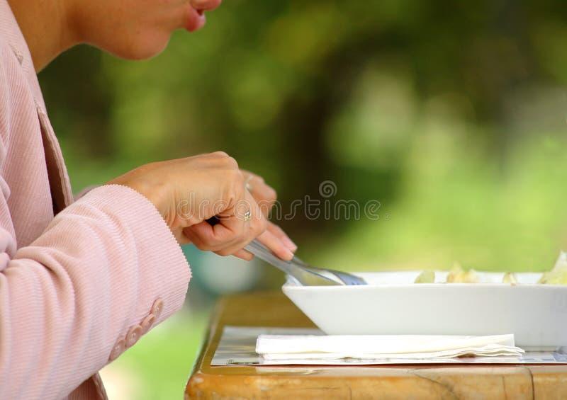 De lunchtijd van de vrouw royalty-vrije stock afbeeldingen