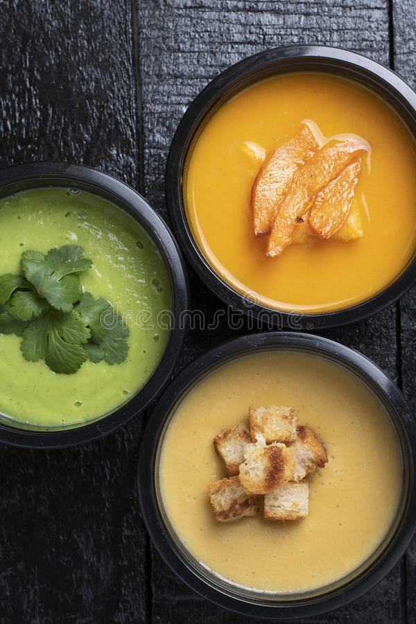 De lunchvakjes met avacado, pompoen, erwtensoep, wortel en peper op keuken schepen in, plaatsen voor tekst, gezonde maaltijd in v stock foto's