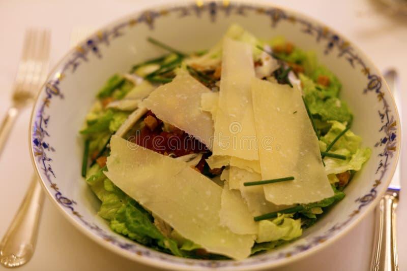 De luxe Franse keuken van de premie gastronomische caesar salade in Europa royalty-vrije stock afbeelding