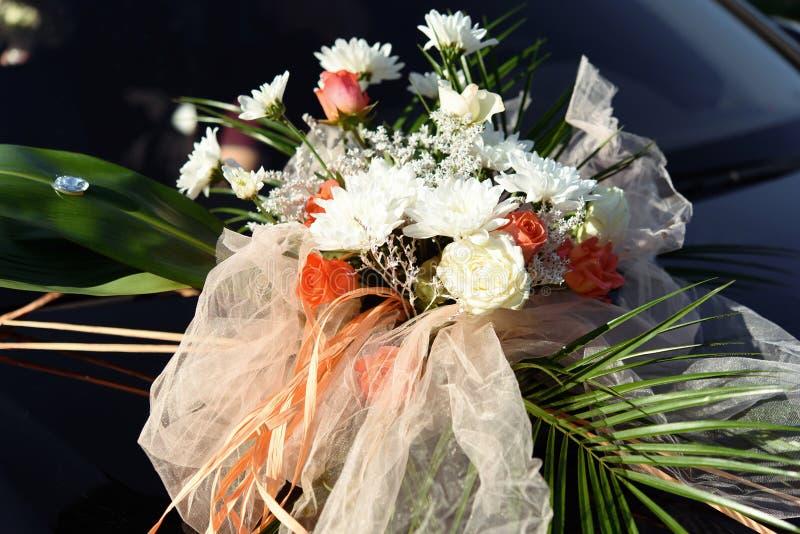 De luxe verfraaide rijke auto met boeket van bloemen, huwelijk trans royalty-vrije stock foto