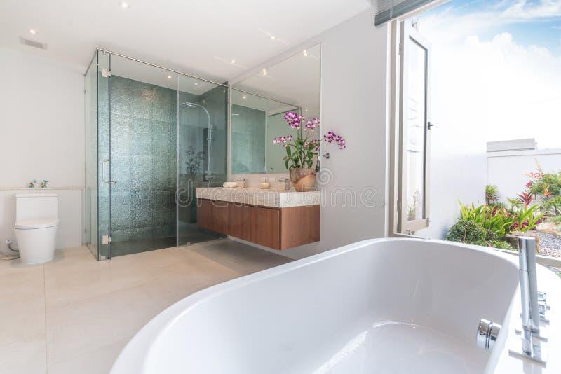De luxebadkamers kenmerkt bassin en badkuiphuis, huis, de bouw stock fotografie