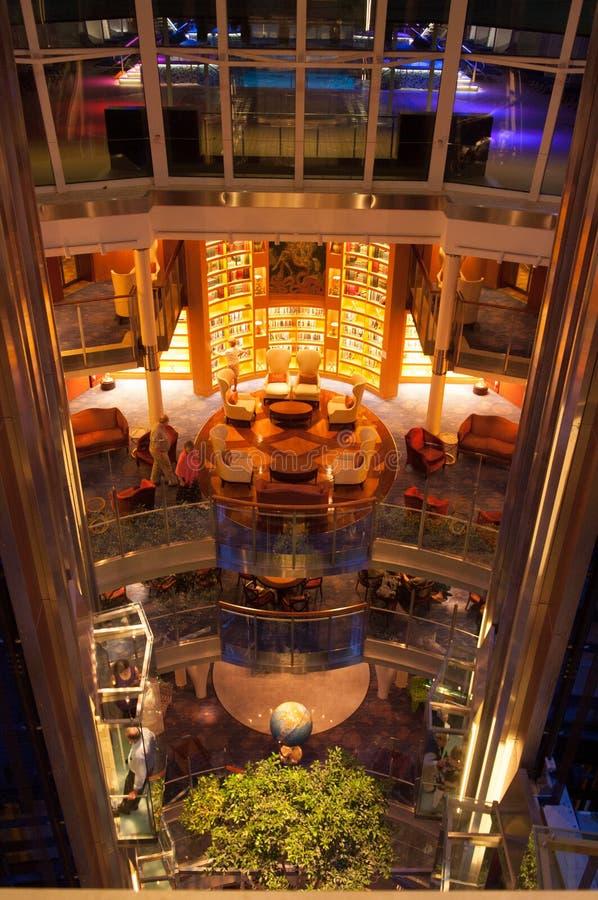 De luxebinnenland van het cruiseschip royalty-vrije stock foto