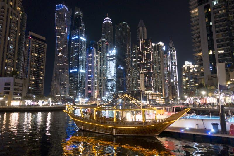 De luxeboten dokten in zeehaven in de Jachthaven van Doubai, Verenigde Arabische Emiraten tijdens de nacht royalty-vrije stock foto's