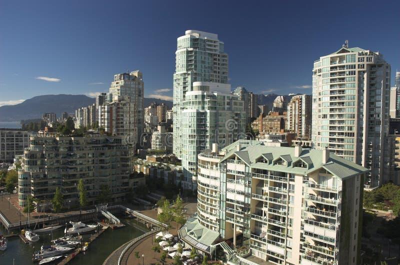 De luxeflatgebouwen met koopflats van de waterkant stock fotografie