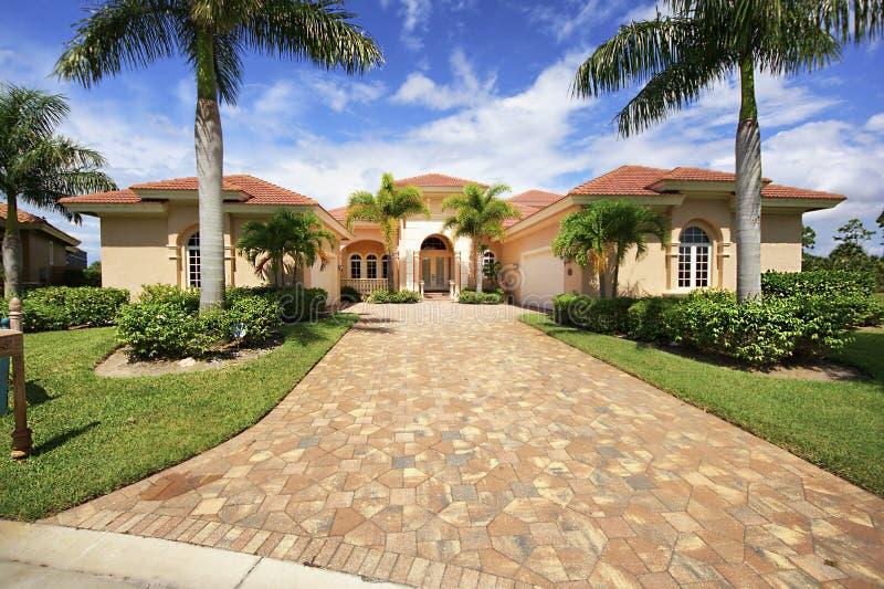 De luxehuis van Florida met de oprijlaan van het betonmolenblok stock afbeeldingen