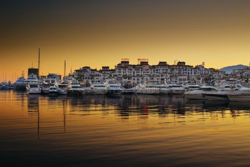 De luxejachten en de motorboten legden in de jachthaven van Puerto Banus in Marbella, Spanje vast royalty-vrije stock fotografie