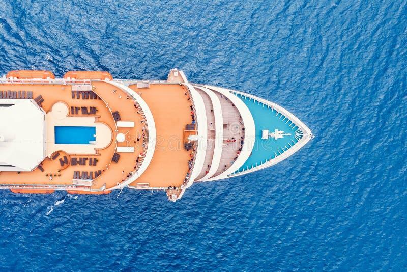 De luxeschip van de cruisevoering in Mediterraan zeewater Hoogste luchtmening royalty-vrije stock foto