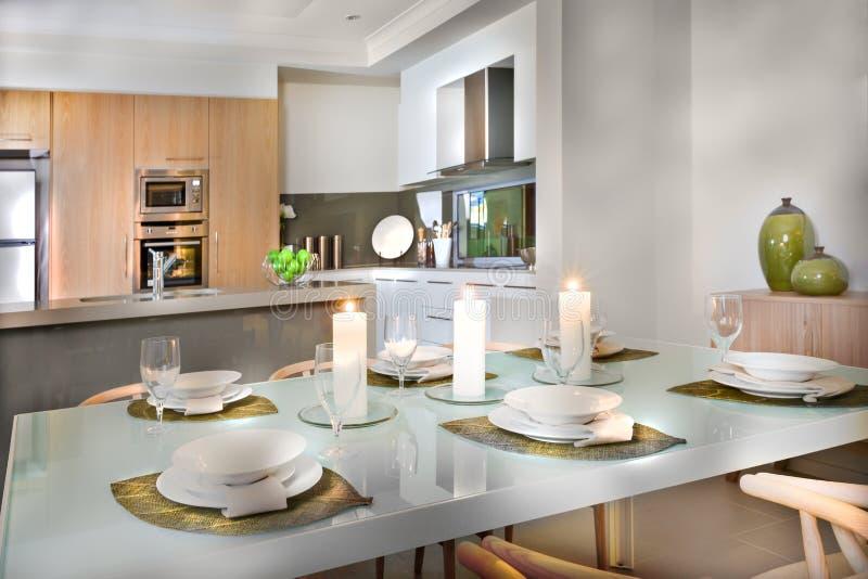 De luxueuze opstelling van de eetkamerlijst dichtbij aan de keuken royalty-vrije stock fotografie