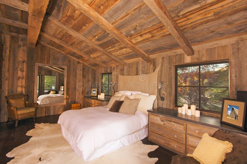 De Luxueuze Rustieke Slaapkamer Van Het Blokhuis Stock Foto ...