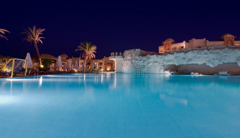 De luxueuze verlichting van de hotelnacht stock afbeelding