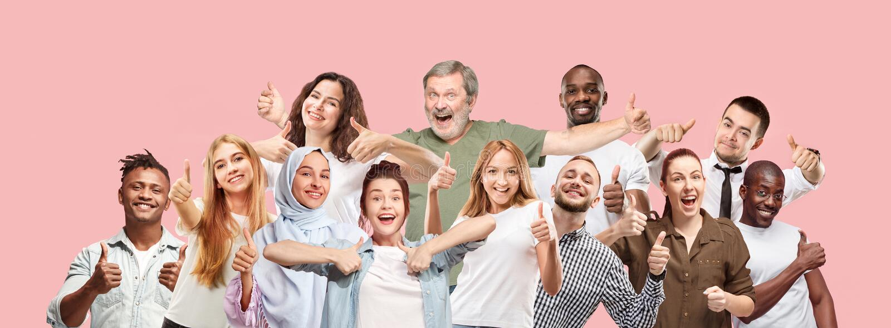 De lyckliga affärskvinnorna och männen som står och ler mot rosa bakgrund arkivbilder