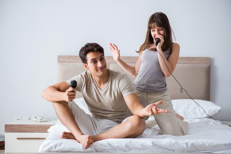 De lyckliga paren i sängen arkivbilder