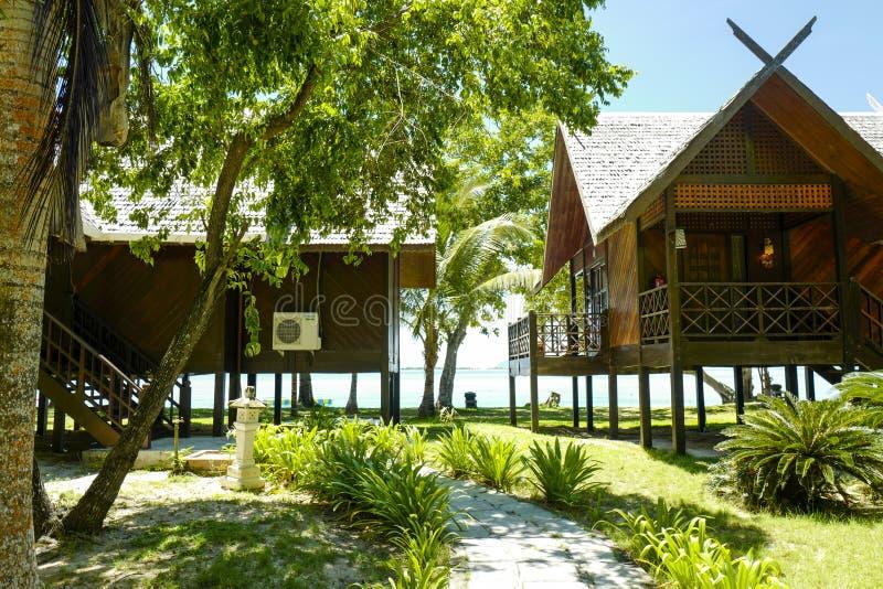 De lyxiga chalen p? reven Dive Resort som lokaliseras p? den Mataking ?n royaltyfri fotografi