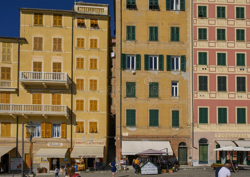 De målade husen som vänder mot stranden av Camoglia på det Ligurian havet, Italien arkivbild