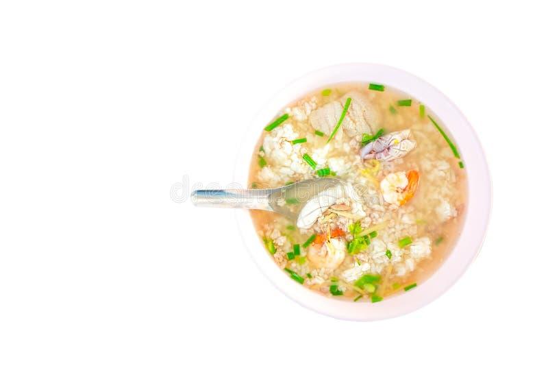 De maïsmeelpap op garnalen overzees voedsel op kom en lepel isoleerde witte achtergrond het knippen weg stock foto's