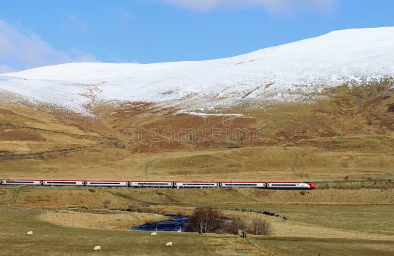 De elektrische trein van Pendolino in de winterplatteland stock afbeeldingen