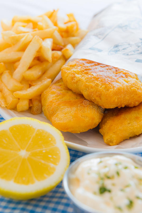 De maaltijd van de vis met patat stock afbeeldingen