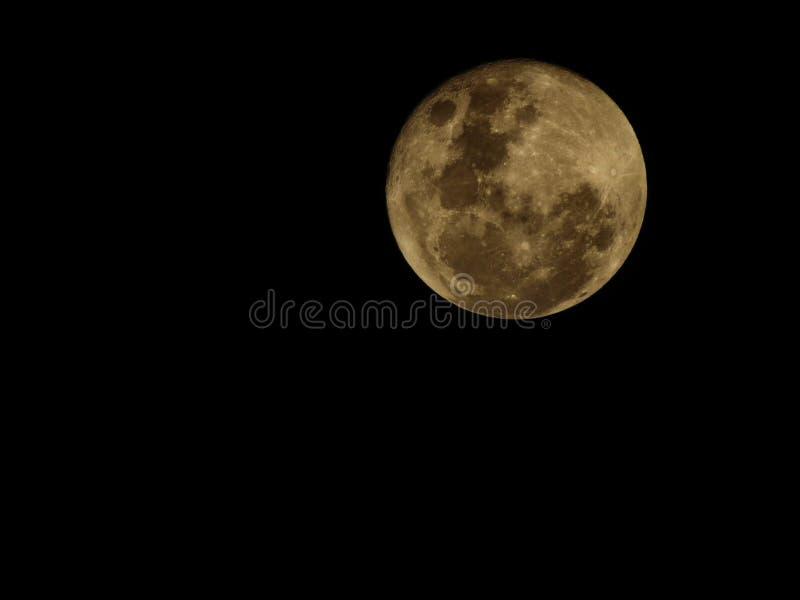 De maan… in een bewolkte nacht royalty-vrije stock foto
